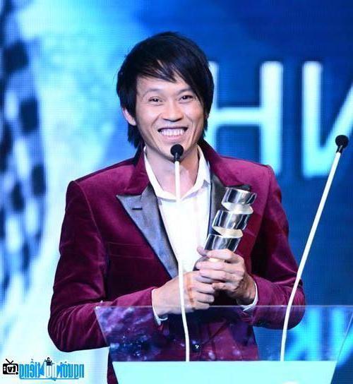 Nghệ sĩ Hoài Linh trẻ trung trong bộ vest