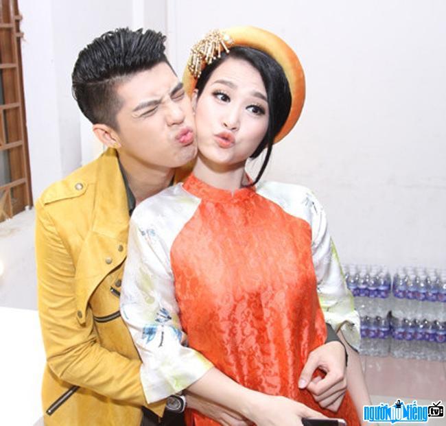 Bức ảnh nam ca sĩ Noo Phước Thịnh tạo dáng đáng yêu cùng ca sĩ Đông Nhi
