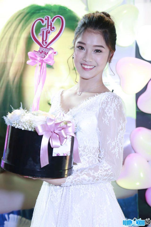 Hình ảnh nữ ca sĩ Hoàng Yến Chibi tại bữa tiệc sinh nhật của cô