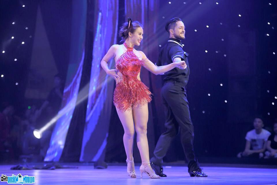 Hot girl Khả Ngân trong chương trình bước nhảy hoàn vũ