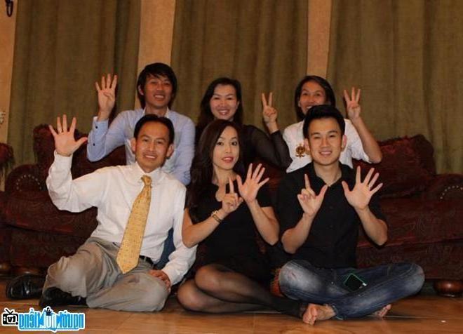 Hình ảnh nghệ sĩ Hoài Linh và các anh chị em trong gia đình