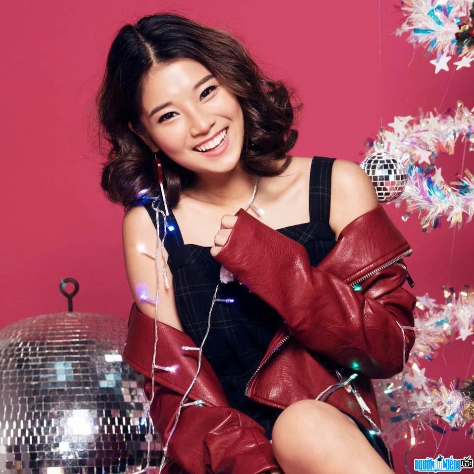 Hình ảnh nữ ca sĩ Hoàng Yến Chibi cười rạng rỡ trong bộ ảnh giáng sinh của cô