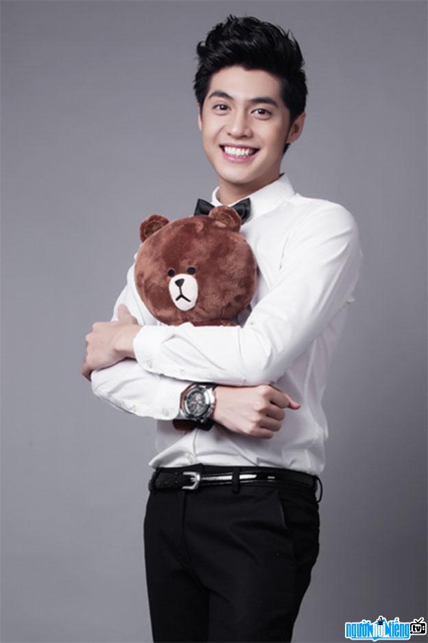 Hình ảnh nam ca sĩ Noo Phước Thịnh đang khoe gấu