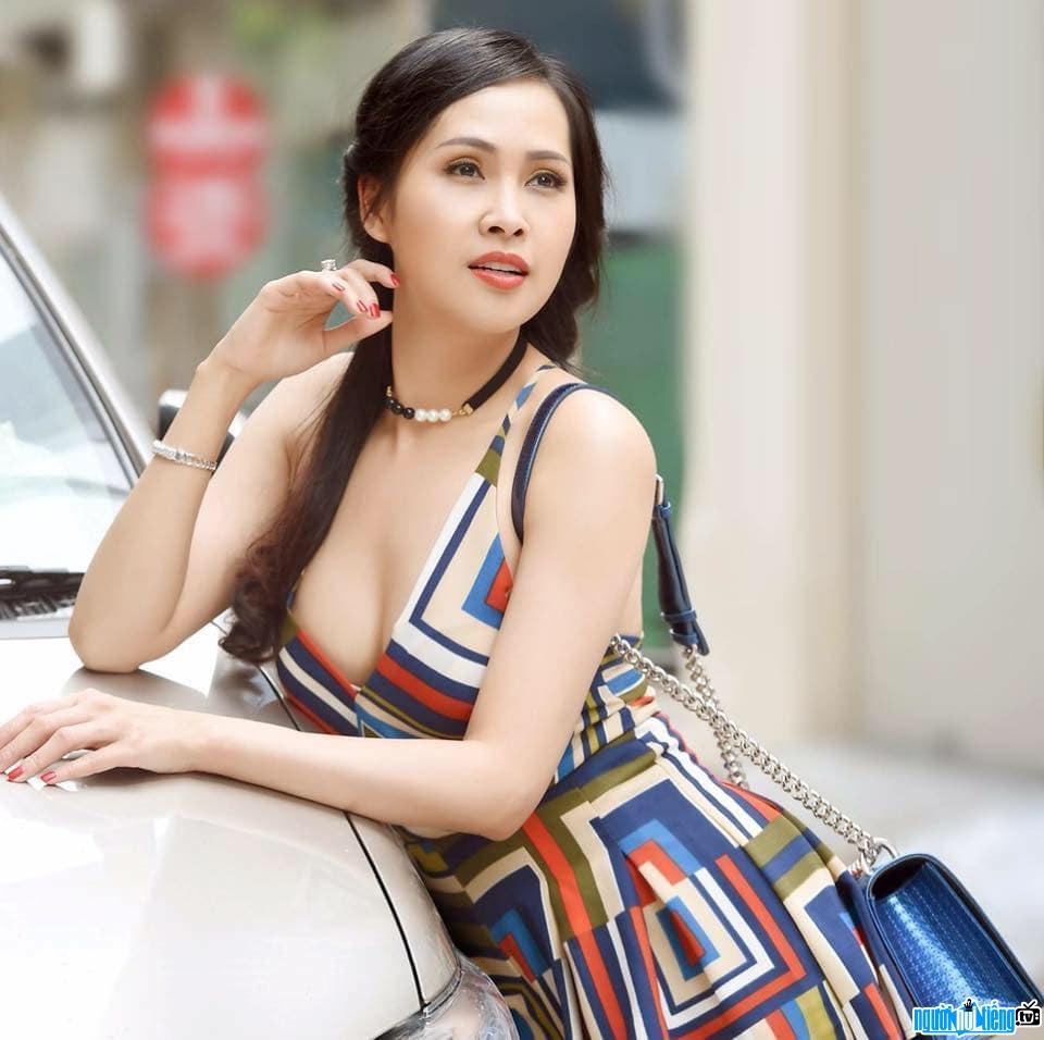 Hoa hậu công sở Ánh Ngọc xinh đẹp quyến rũ