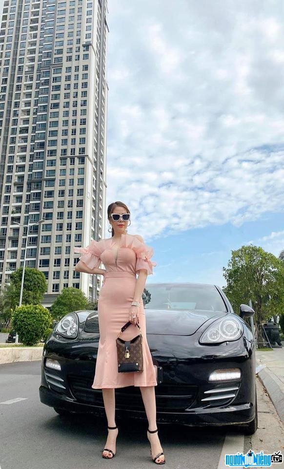 Hoa hậu công sở Ánh Ngọc xinh đẹp quý phái bên siêu xe