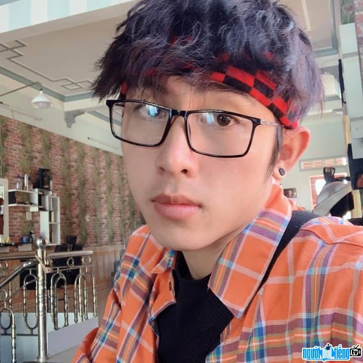 Cận cảnh gương mặt điển trai của streamer Tú Lê