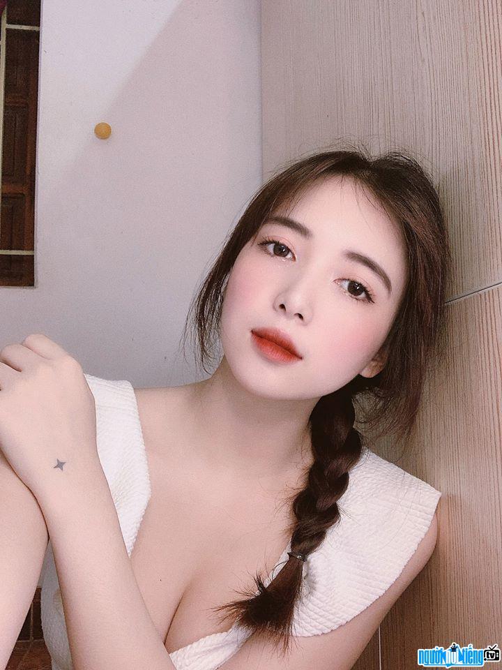 Cận cảnh gương mặt vô cùng xinh đẹp của Phạm Trang