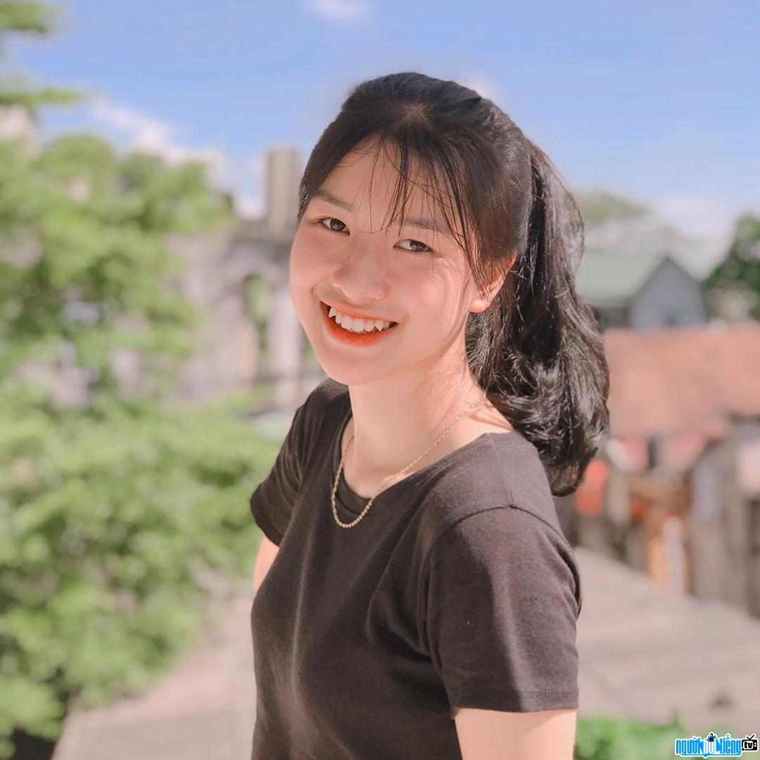 Cận cảnh gương mặt xinh đẹp và nụ cười tỏa nắng của Hàn Bình