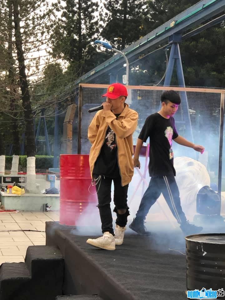 Hình ảnh Rapper Freaky trên sân khấu