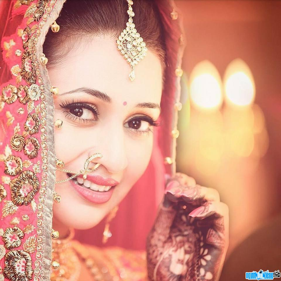 Một hình ảnh chân dung về nữ diễn viên Divyanka Tripathi