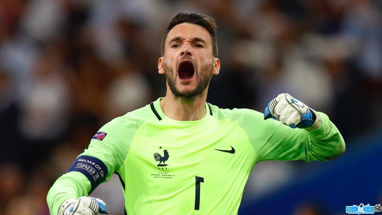 Hình ảnh thủ môn Hugo Lloris đang ăn mừng chiến thắng