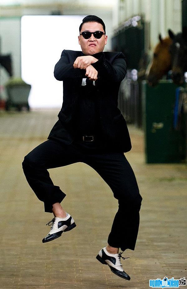 Hình ảnh ca sĩ Psy đang biểu diễn điệu nhảy ngựa nổi tiếng của anh