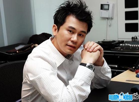 Một hình ảnh khác về giám đốc sản xuất âm nhạc Yang Hyun-Suk