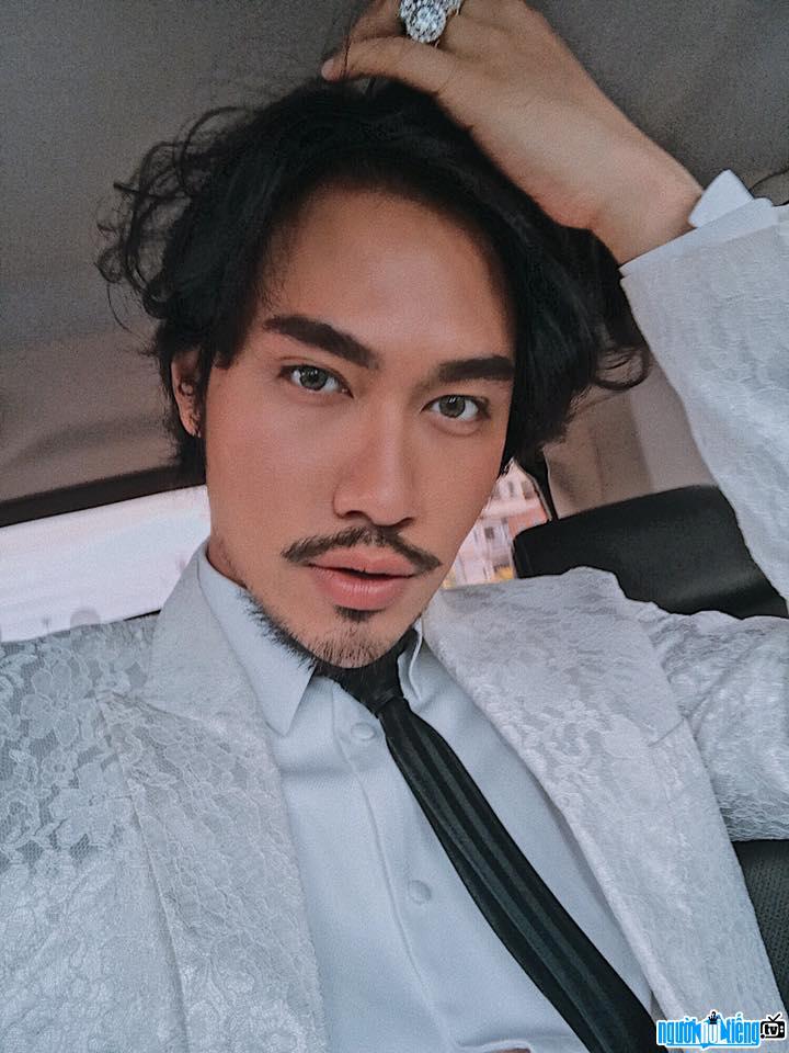 Nhà thiết kế Lý Quí Khánh khoe ảnh selfie đẹp như mỹ nam Hàn Quốc