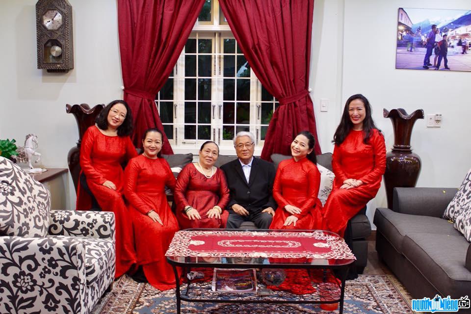 MC Quỳnh Hương bên cha mẹ cùng với những người chị em ruột của mình