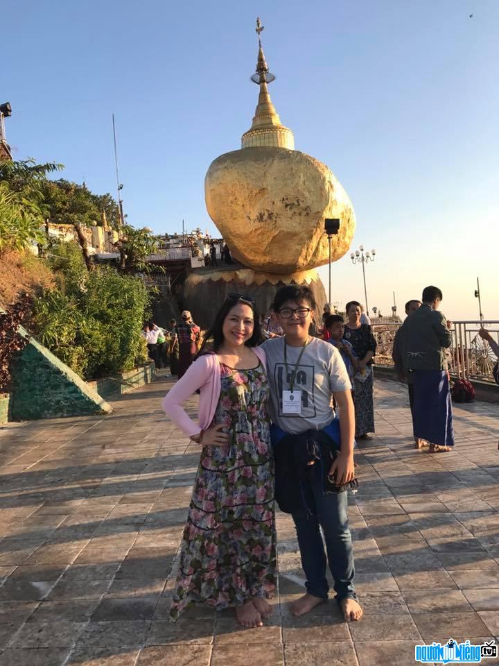 MC Quỳnh Hương vui vẻ bên người con trai của mình