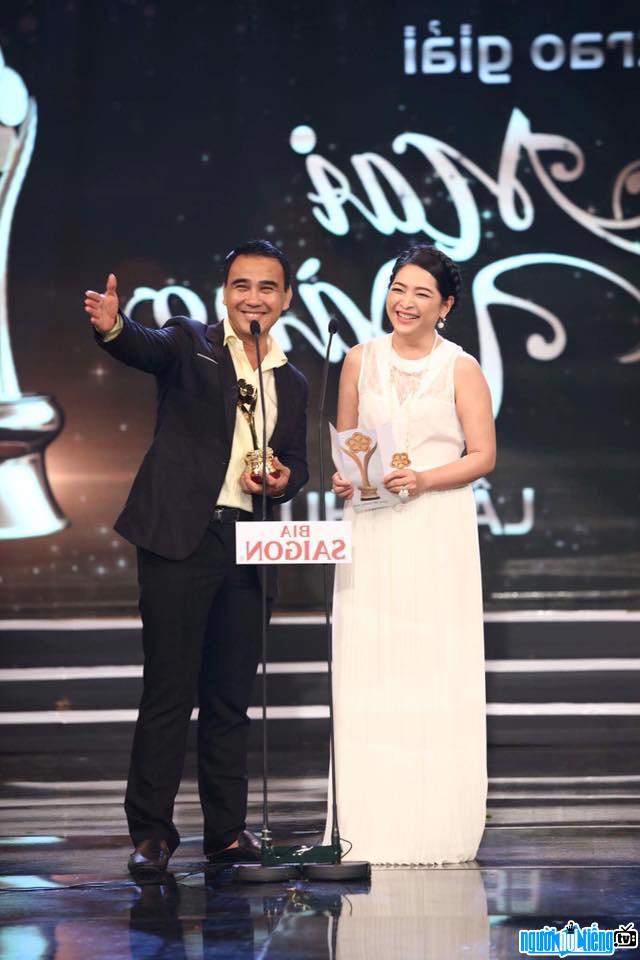 MC Quỳnh Hương cùng với MC Quyền Linh trong lễ trao giải Mai Vàng 2016