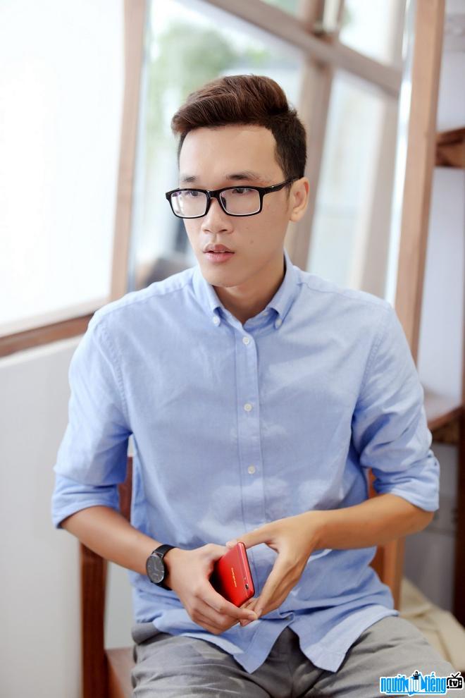 Blogger Vinh Vật Vờ nổi tiếng với những clip review sản phẩm công nghệ